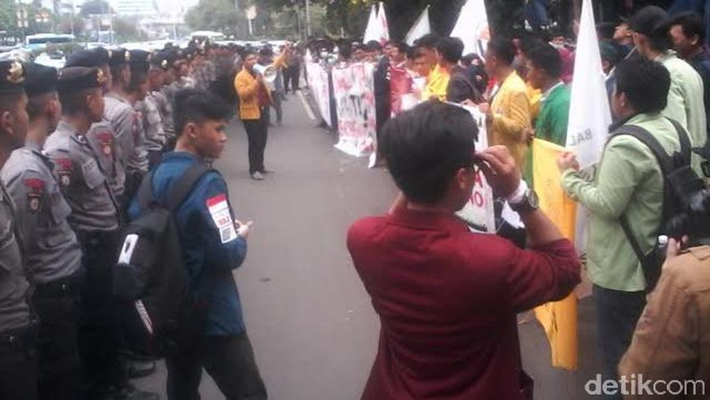Massa BEM Seluruh Indonesia Demo di Depan Istana, Tanyakan Nawacita Jokowi