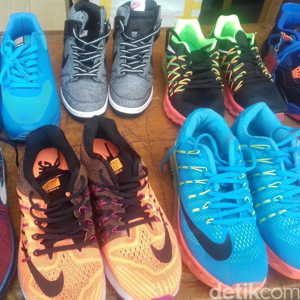 Polisi Sita Ribuan Sepatu Nike Palsu dari Lapak di Jaksel dan Tahan 2 Tersangka