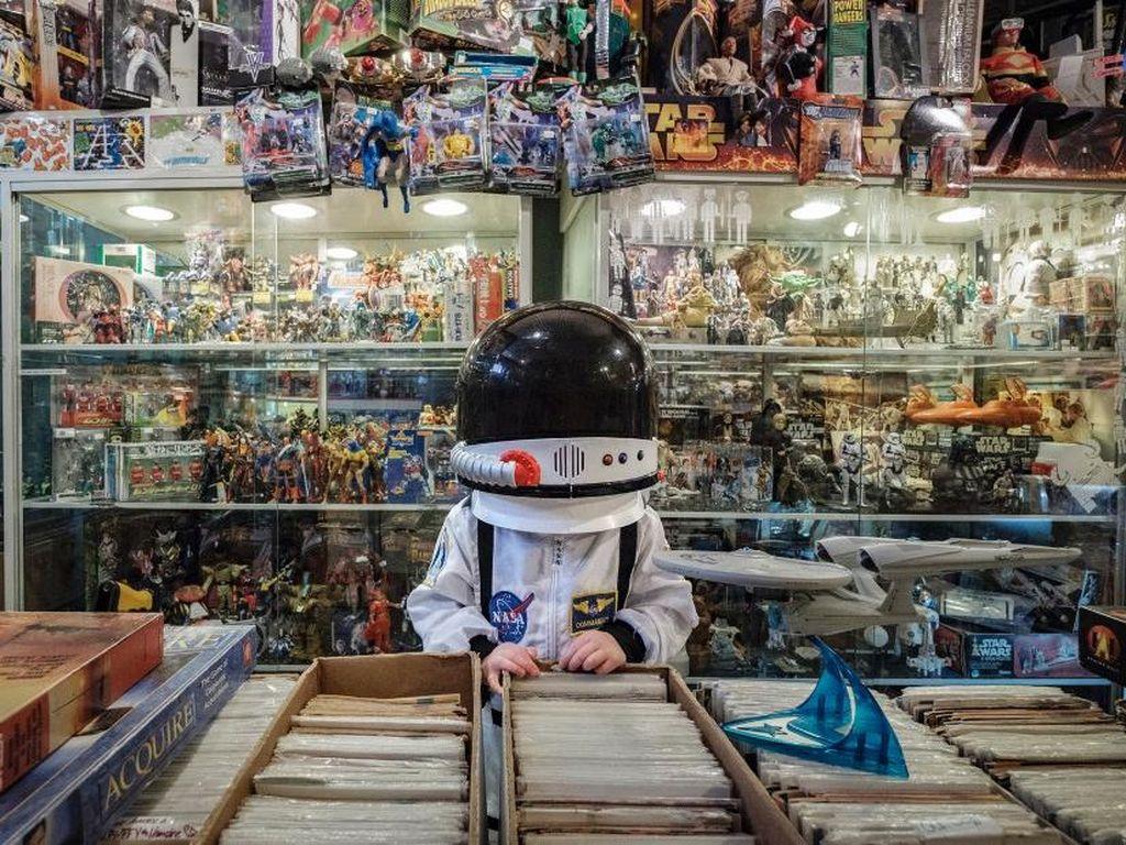 Foto-foto Lucu Bocah yang Sibuk Eksplorasi Lingkungan dengan Kostum Astronot
