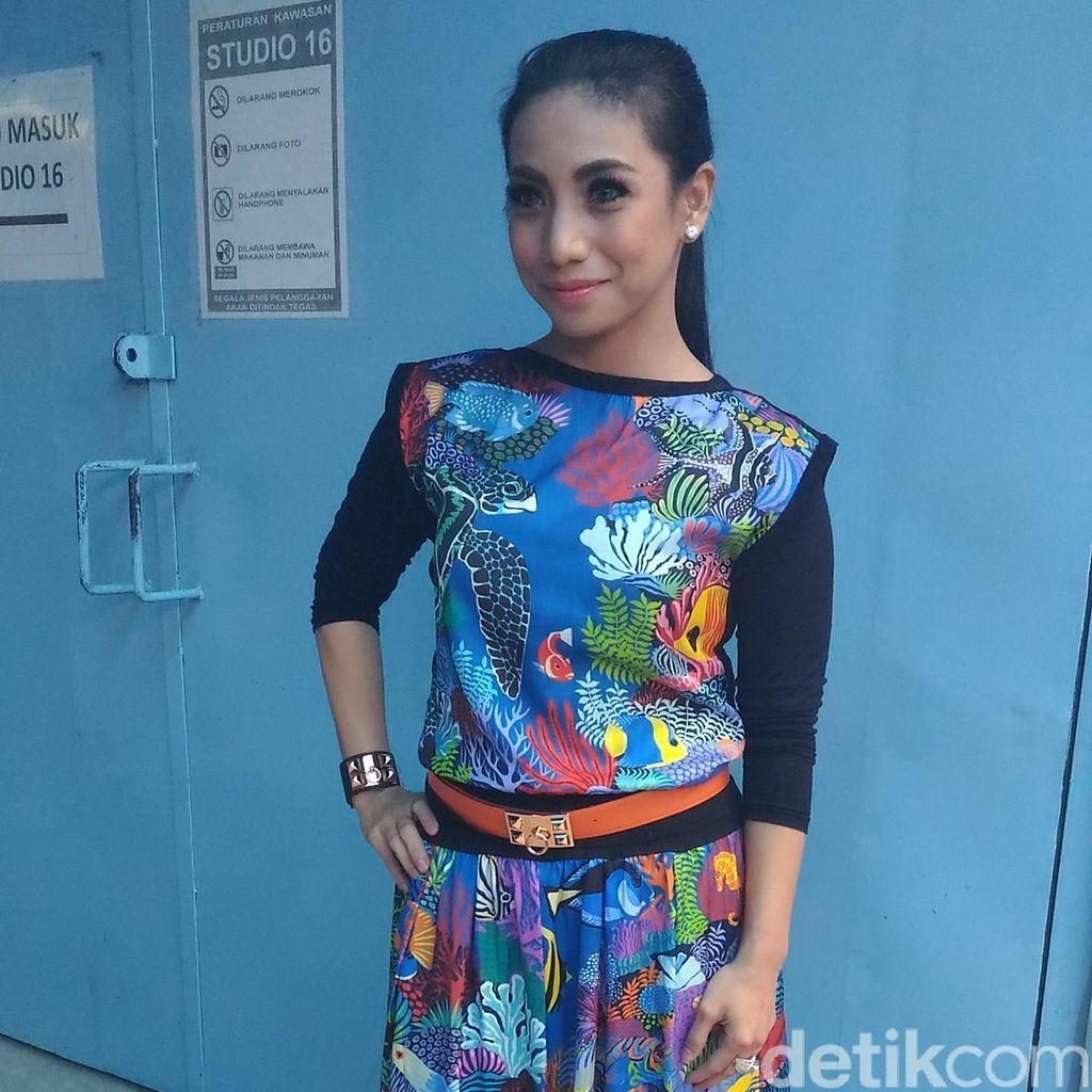 Pulang ke Indonesia, Siti KDI Rilis Lagu dan Stock Makanan