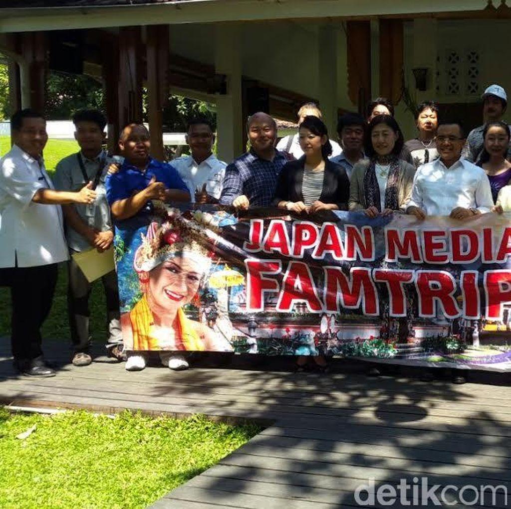 Jurnalis Jepang Kagumi Pantai Pulau Merah dan Api Biru Ijen Banyuwangi