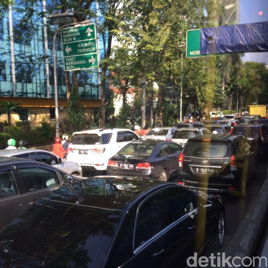 Jalan MT Haryono Macet Parah, Kendaraan Terkunci di Pancoran