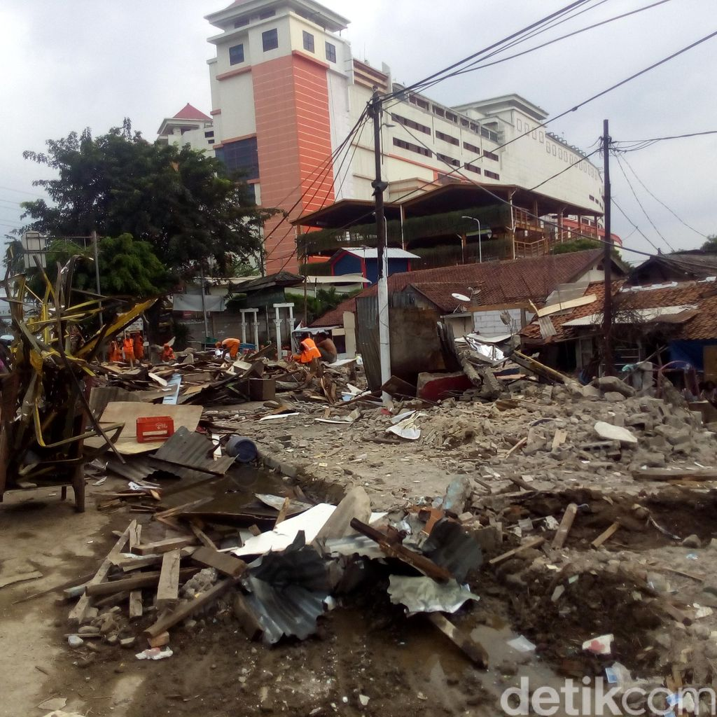30 Bangunan Liar di Samping PGC Jaktim Dibongkar