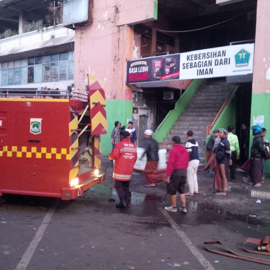 Api Masih Membakar Pasar Besar Malang, Polisi Halau Warga Tak Mendekat