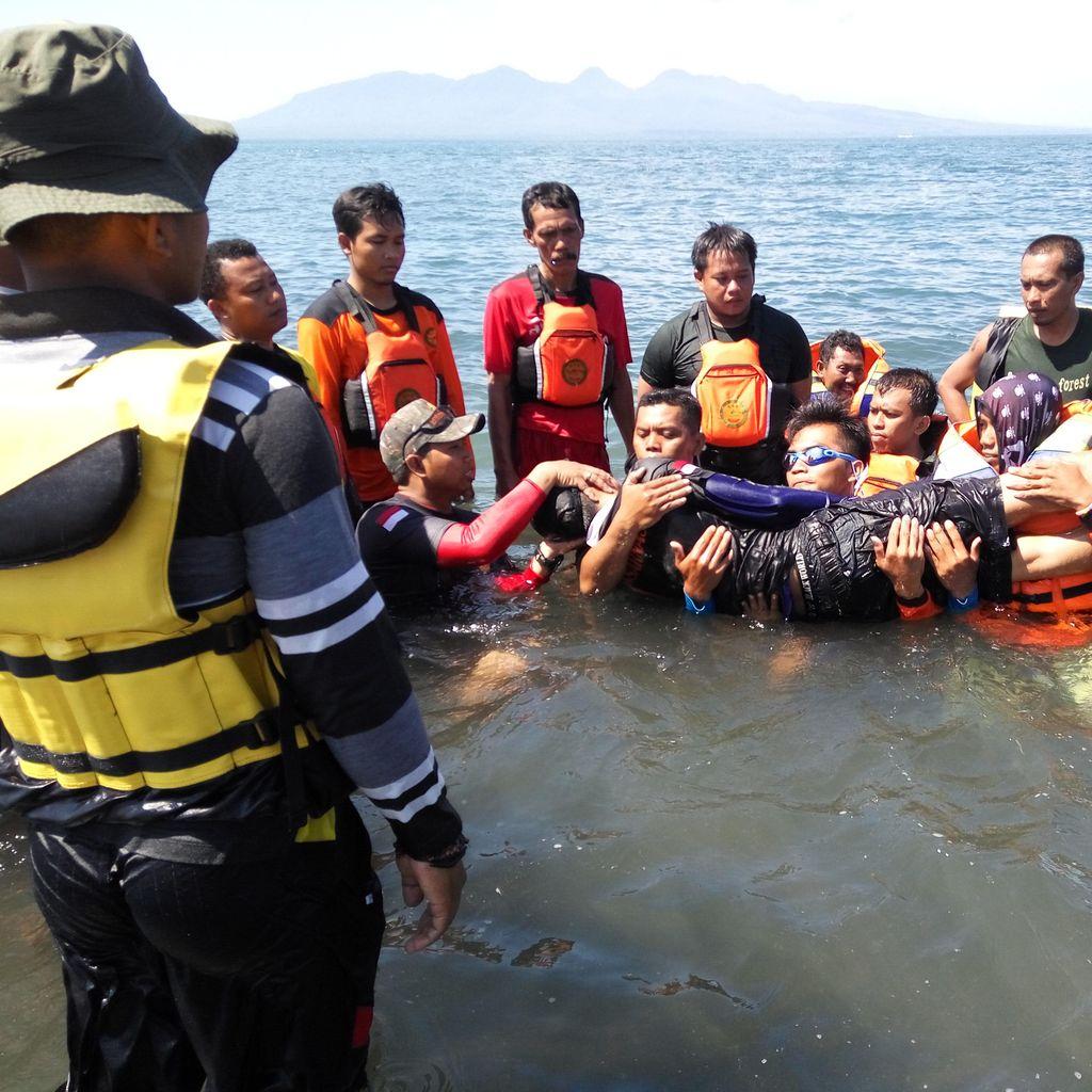 60 Anggota SAR Latihan Penyelamatan Korban Tenggelam di Pantai Boom