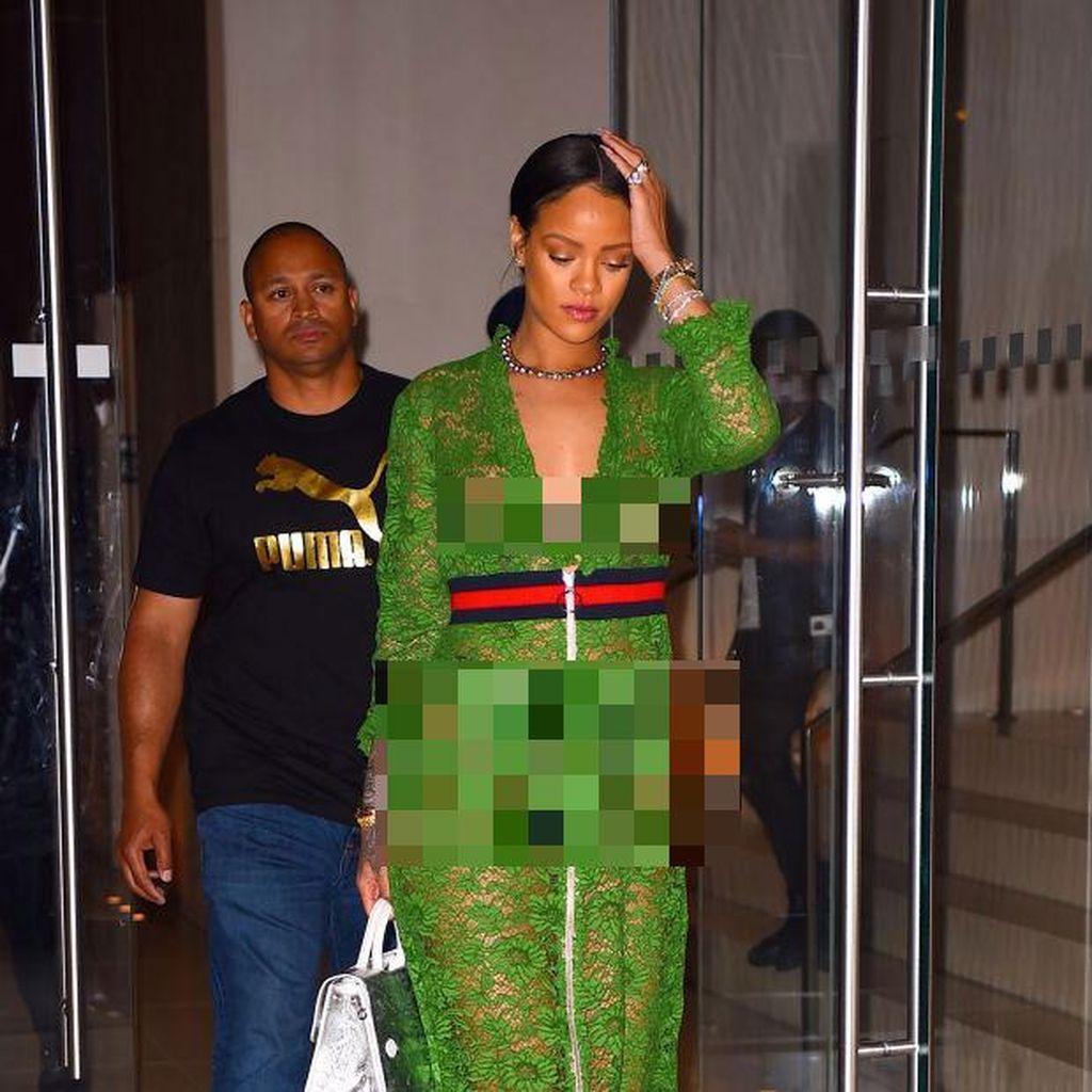 Seksi Vs Elegan, Gaya Rihanna & Julia Roberts Pakai Gaun Kembar dari Gucci