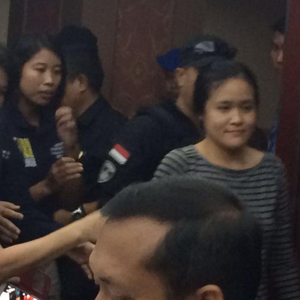 Polisi Bersenpi Laras Panjang Kawal Jessica ke Kejari Jakpus