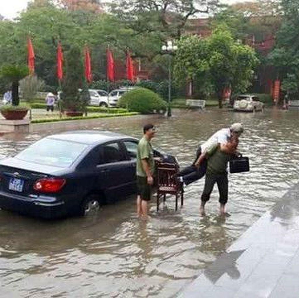 Satpam Vietnam Gendong Pejabat Saat Banjir