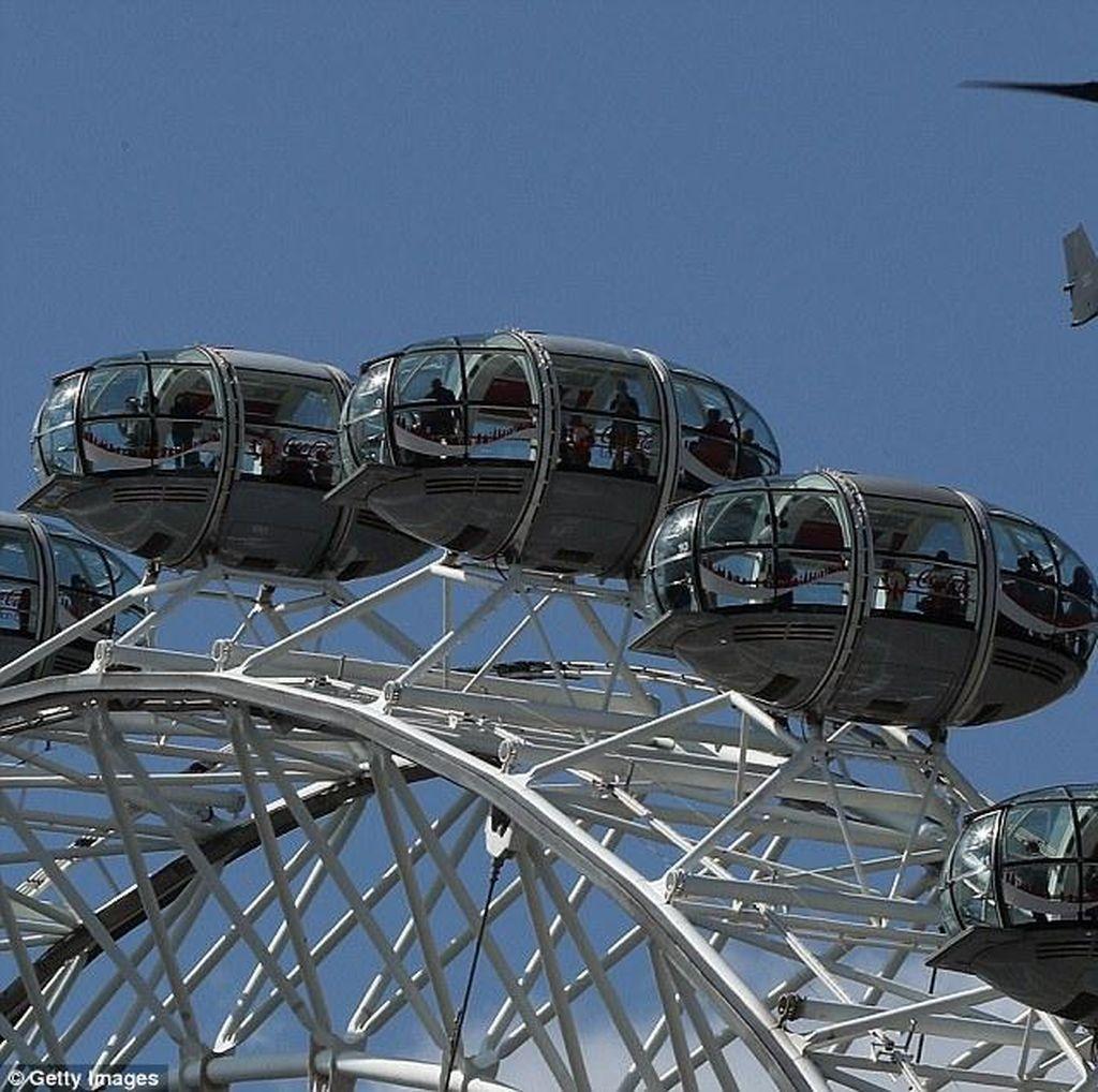 Pesawat Pasukan Elite Inggris Terbang di Atas Ikon London