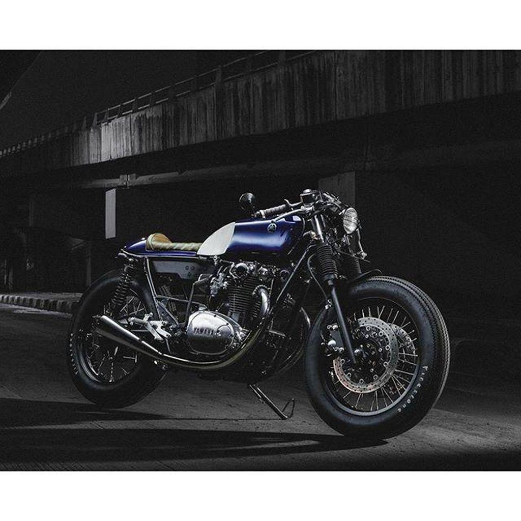 Paus Biru, Yamaha XS650 Bergaya Cafe Racer