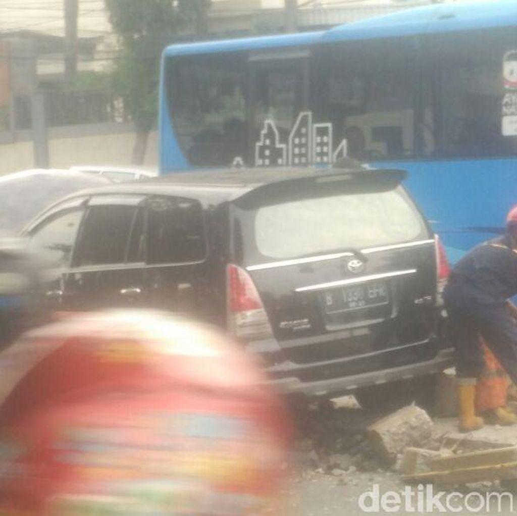 Tabrak Separator Busway di Warung Jati, Pengemudi Innova Diduga Ngantuk