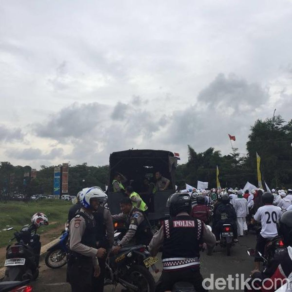 Dikawal Polisi, Massa FPI Depok Berkonvoi di Jalanan Depok