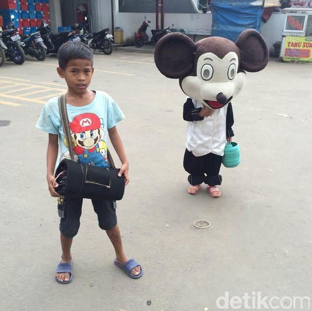 Mengenal Andes dan Fahri, Bocah Pengamen Badut Mickey Mouse di Bojonggede