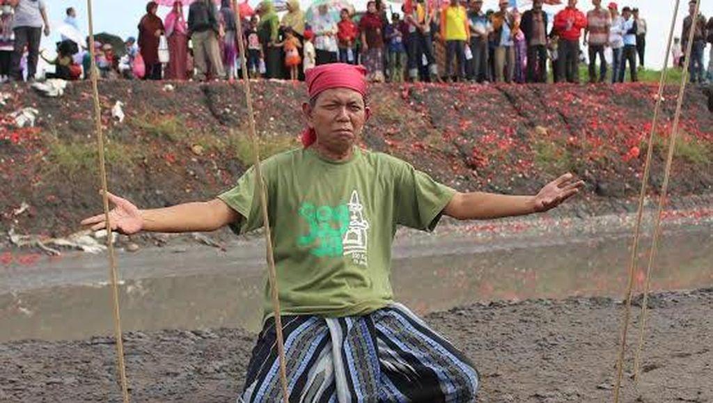 Tabur Bunga dan Aksi Teatrikal Peringati 10 Tahun Semburan Lumpur Lapindo