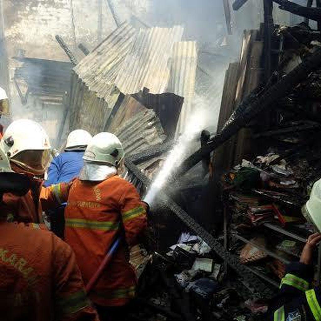Bensin Eceran Tersambar Api Kompor, Toko Bangunan Terbakar