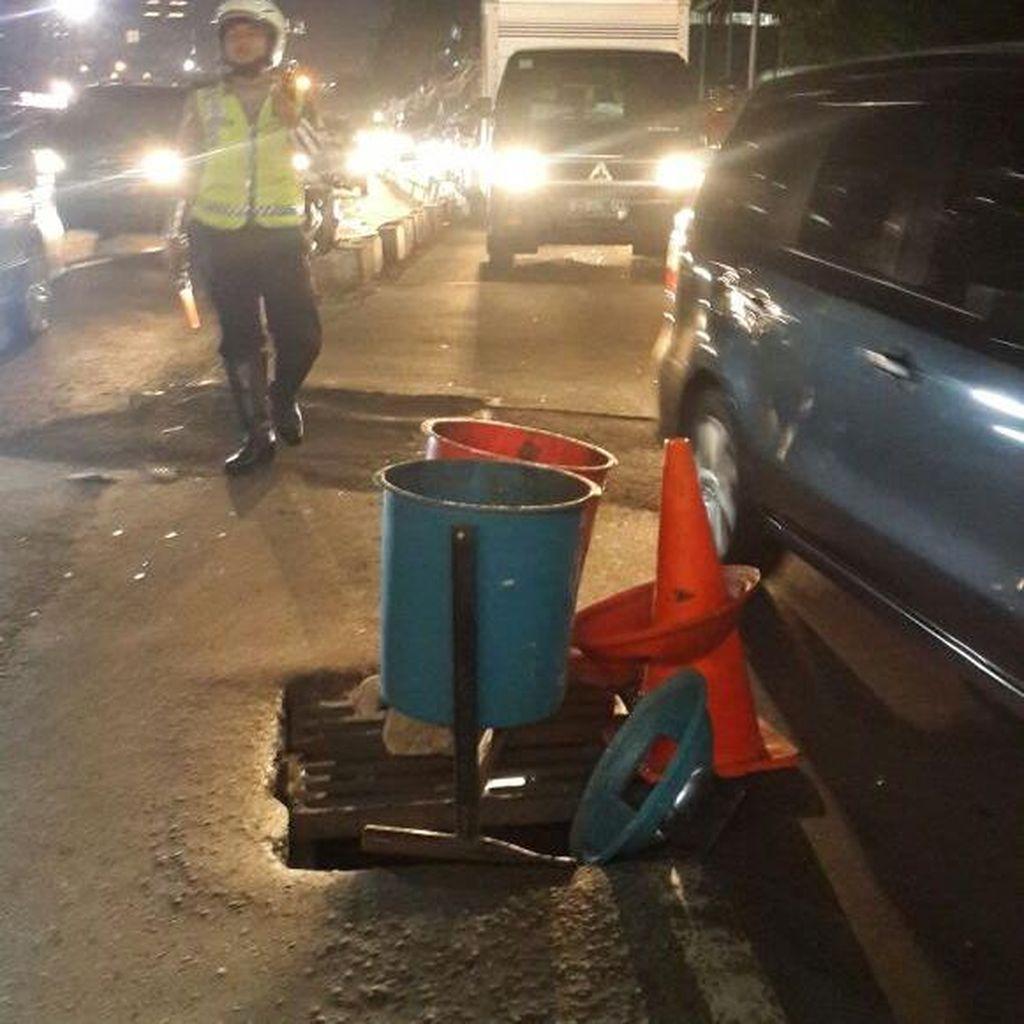Tutup Gorong-gorong Ambles, Jalan Sudirman Menuju Blok M Macet