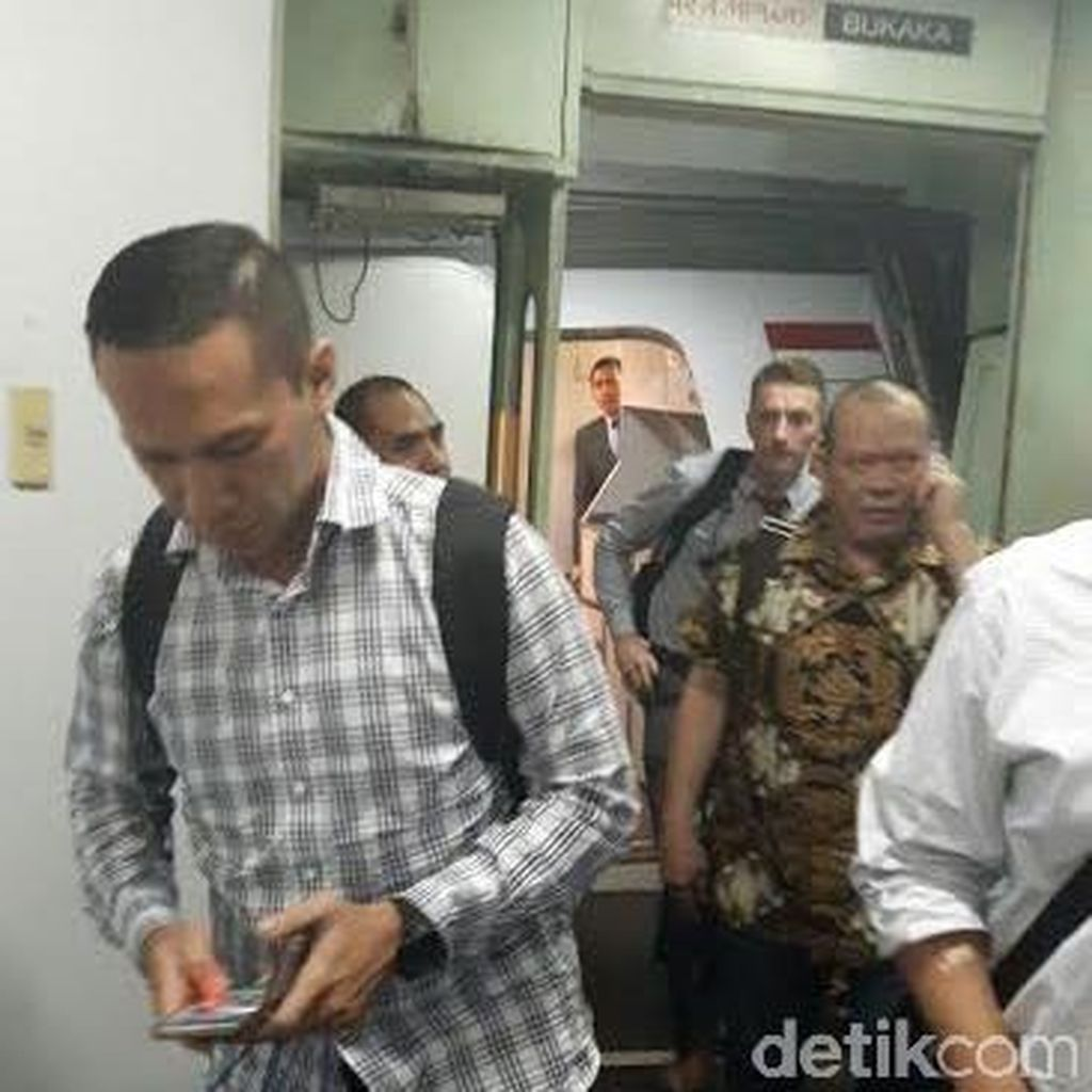 Penampakan La Nyalla Turun dari Pesawat di Bandara Soekarno-Hatta
