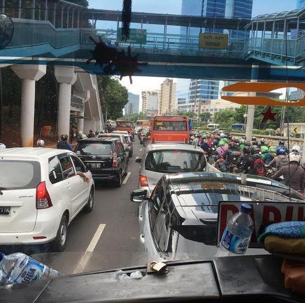 Crossing Jalur Jelang Flyover Kuningan Dikeluhkan Jadi Sumber Kemacetan