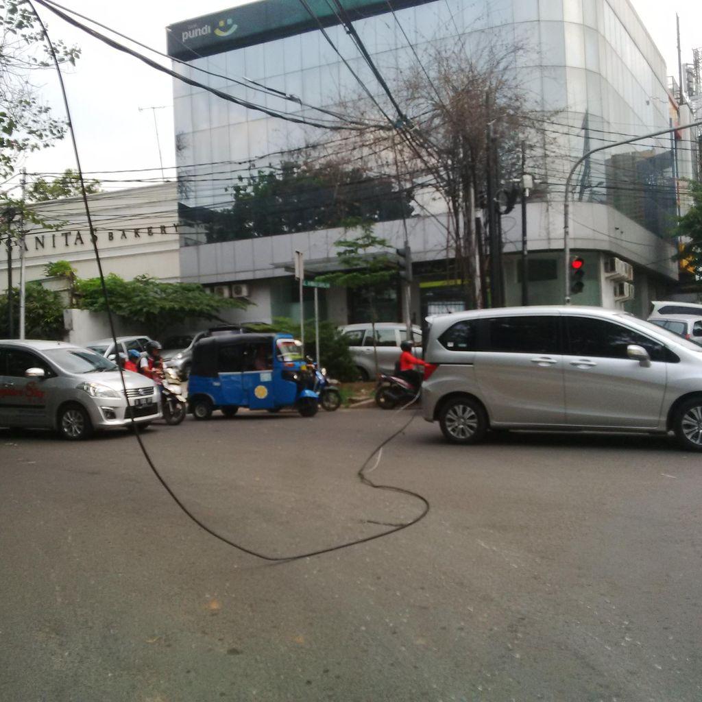 Ada Kabel Melintang di Jalan Ahmad Dahlan Kebayoran Baru