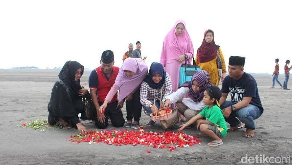 Isak Tangis Iringi Tabur Bunga Sambut Ramadan di Kolam Lumpur Lapindo