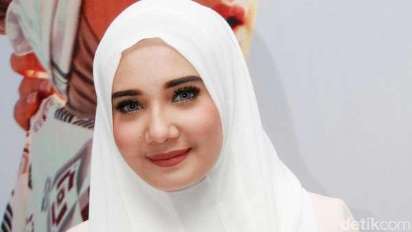 Zaskia Sungkar Manis dengan Hijab Sederhana
