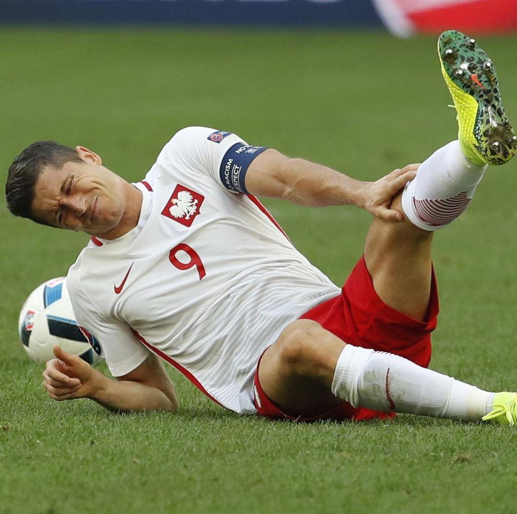 Pelatih Polandia Sebut Wasit Harus Lebih Lindungi Lewandowski