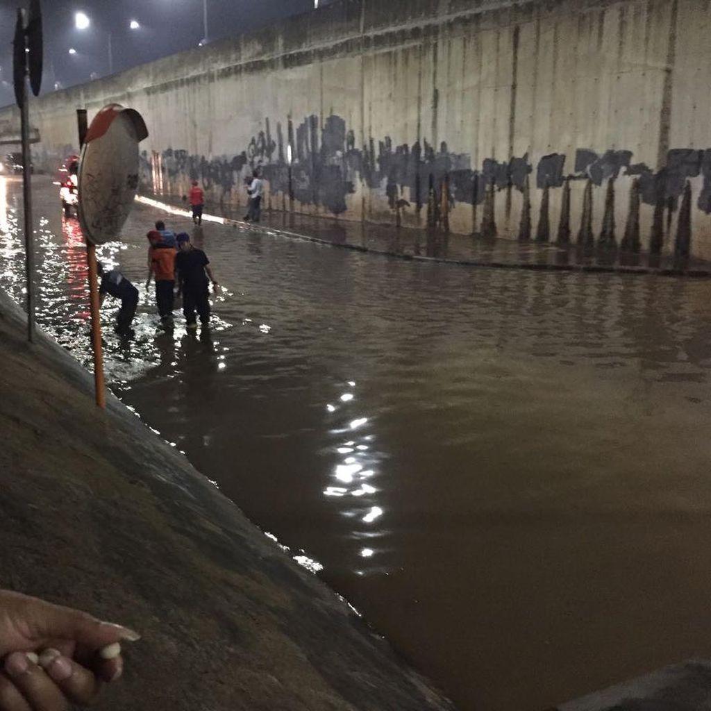 Petugas Sedot Banjir di Kolong Tol JORR Meruya Utara, Lalin Dialihkan