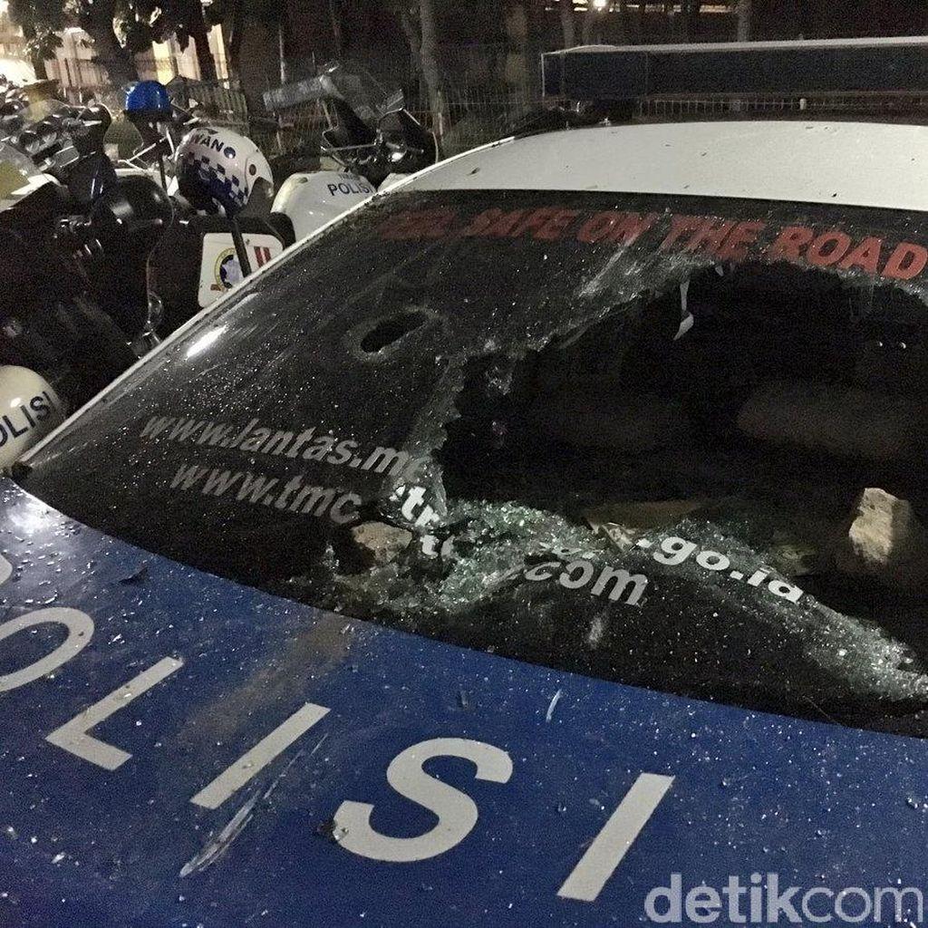 Ini Penampakan Mobil Polisi yang Rusak Akibat Diamuk Suporter di GBK