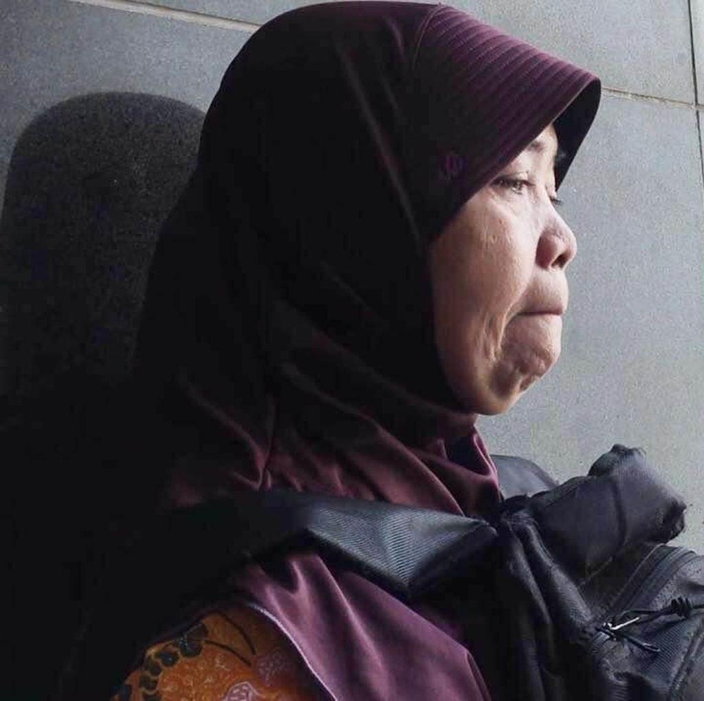 Jemput Anak yang Ditangkap Polisi usai Nonton Persija, Endang Terisak-isak