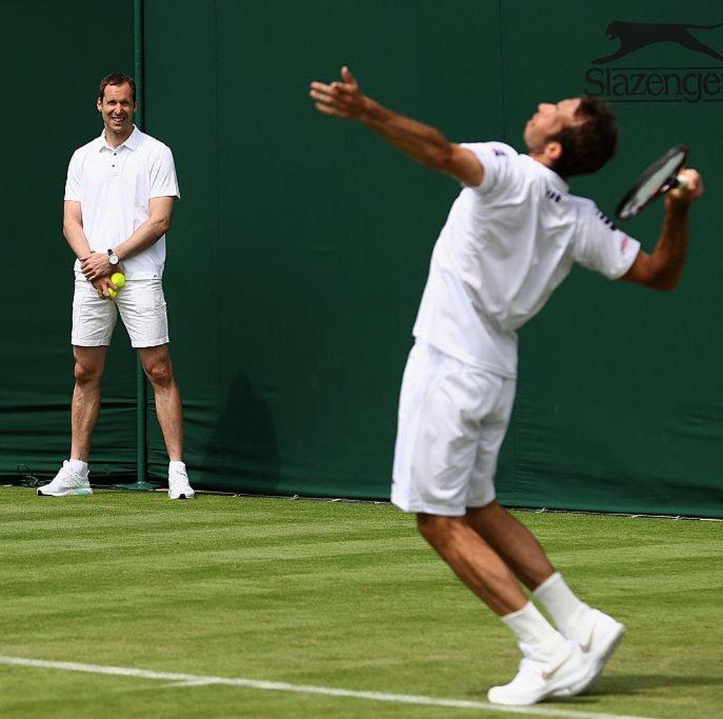 Petr Cech Jadi Ball Boy Dadakan di Arena Latihan Wimbledon