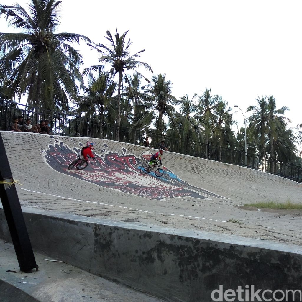 Ngabuburit Sambil Lihat Rider Latihan di Sirkuit BMX Muncar Banyuwangi
