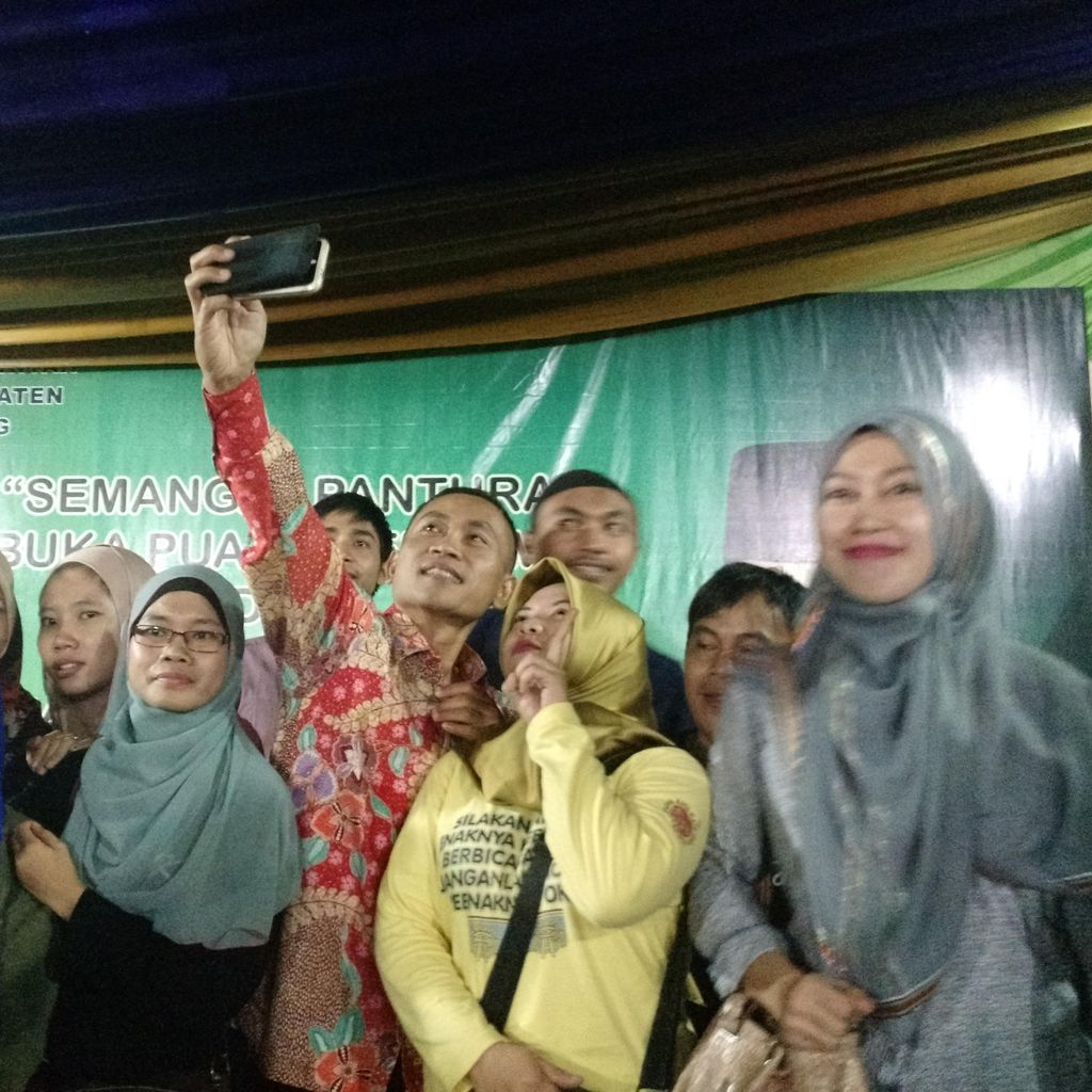 Bermaksud Kumpulkan Balung Pisah, Bupati Yoyok Jadi Sasaran Selfie