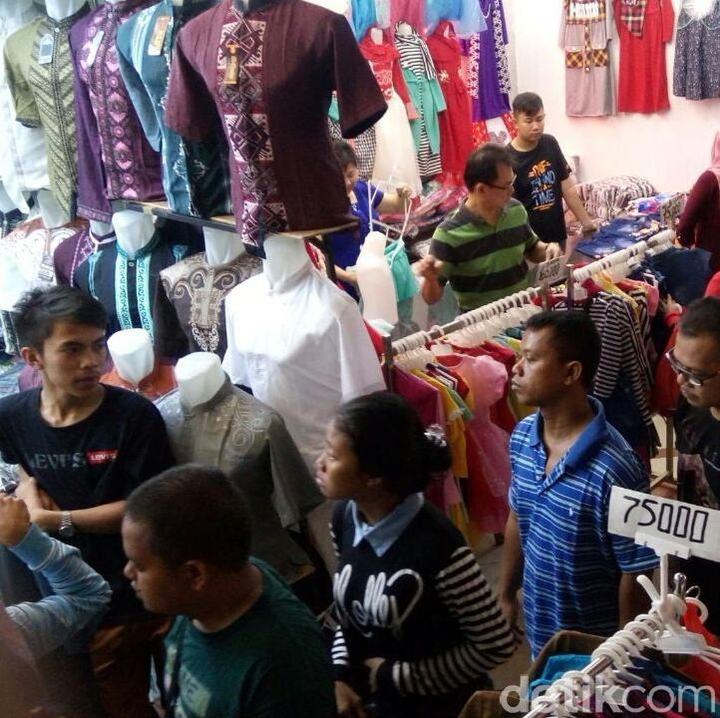 Pedagang Pasar Tanah Abang Ngaku Penjualan Tahun ini Tak Seramai 2015