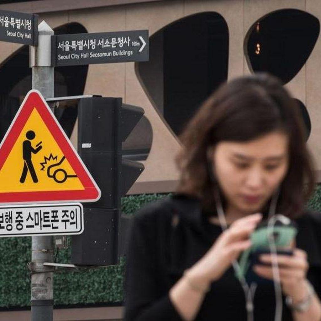 Seoul Pasang Rambu Bahaya Zombie Ponsel di Jalan