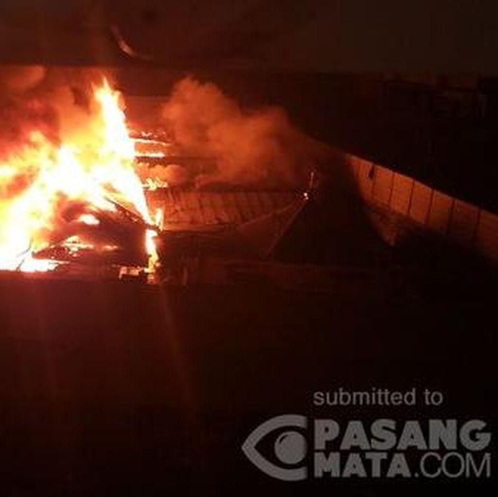 Tengah Malam, Permukiman di Belakang Apartemen Pluit Sea View Terbakar