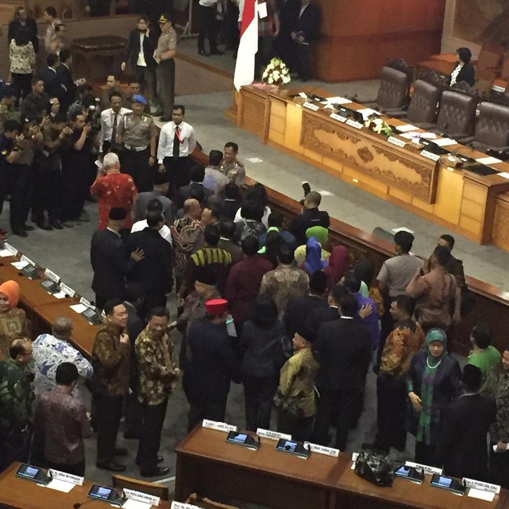 Usai Paripurna, Anggota DPR Antre Ucapkan Selamat ke Komjen Tito