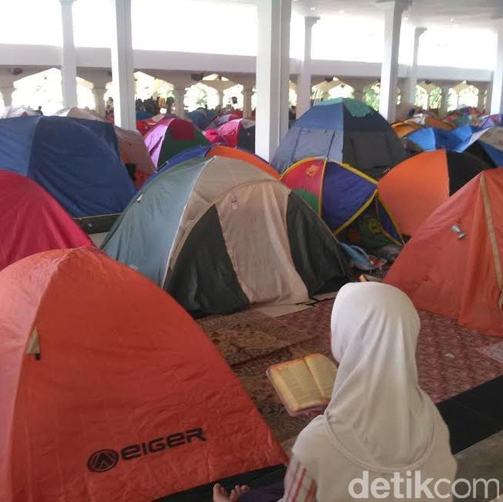Ini Bukan di Gunung, Ratusan Tenda Jemaah Itikaf Berdiri di Masjid di Bandung