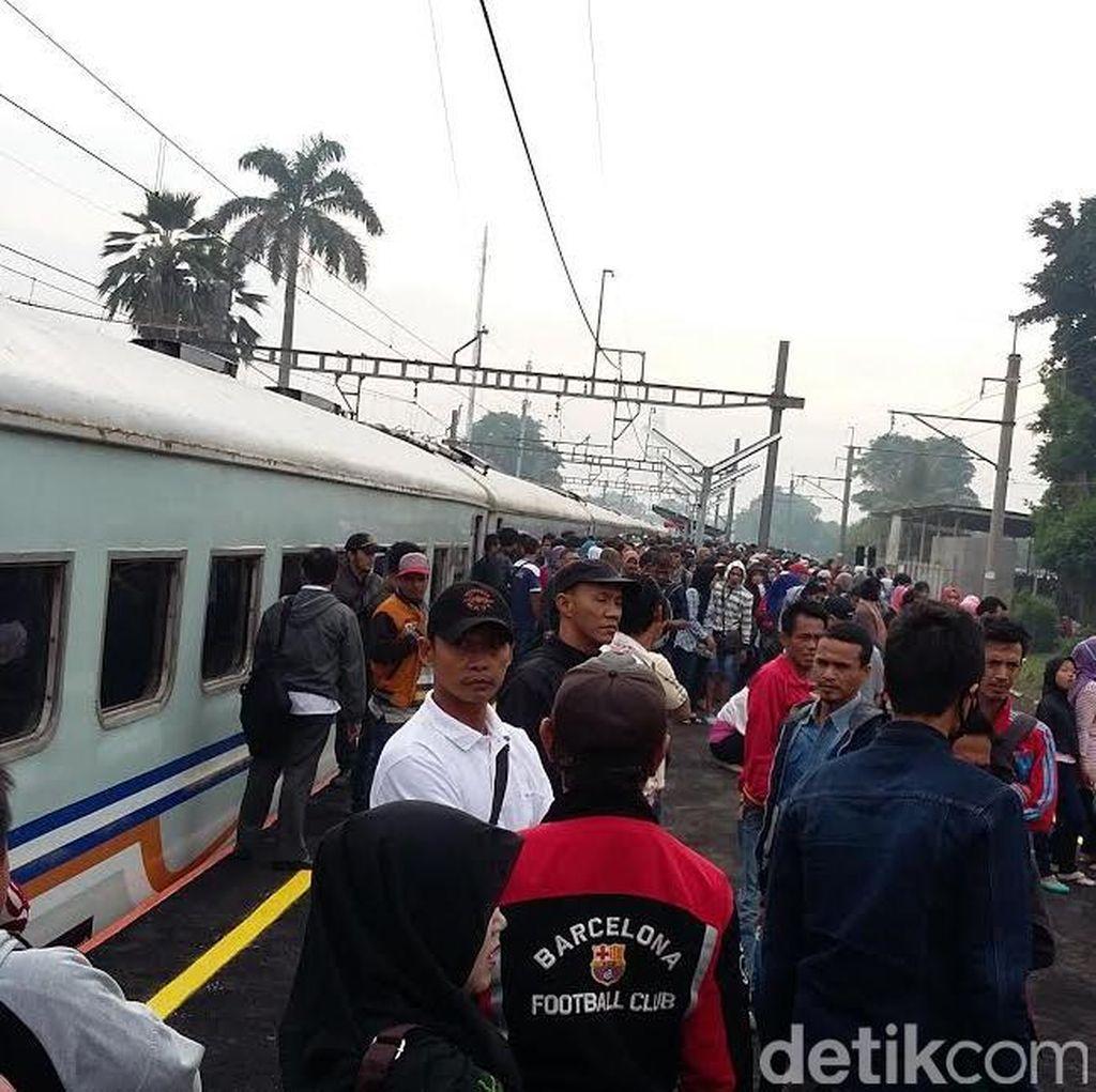Kereta Rangkas Jaya Mogok di Sudimara, Penumpang Naik Commuter Line ke Tanah Abang