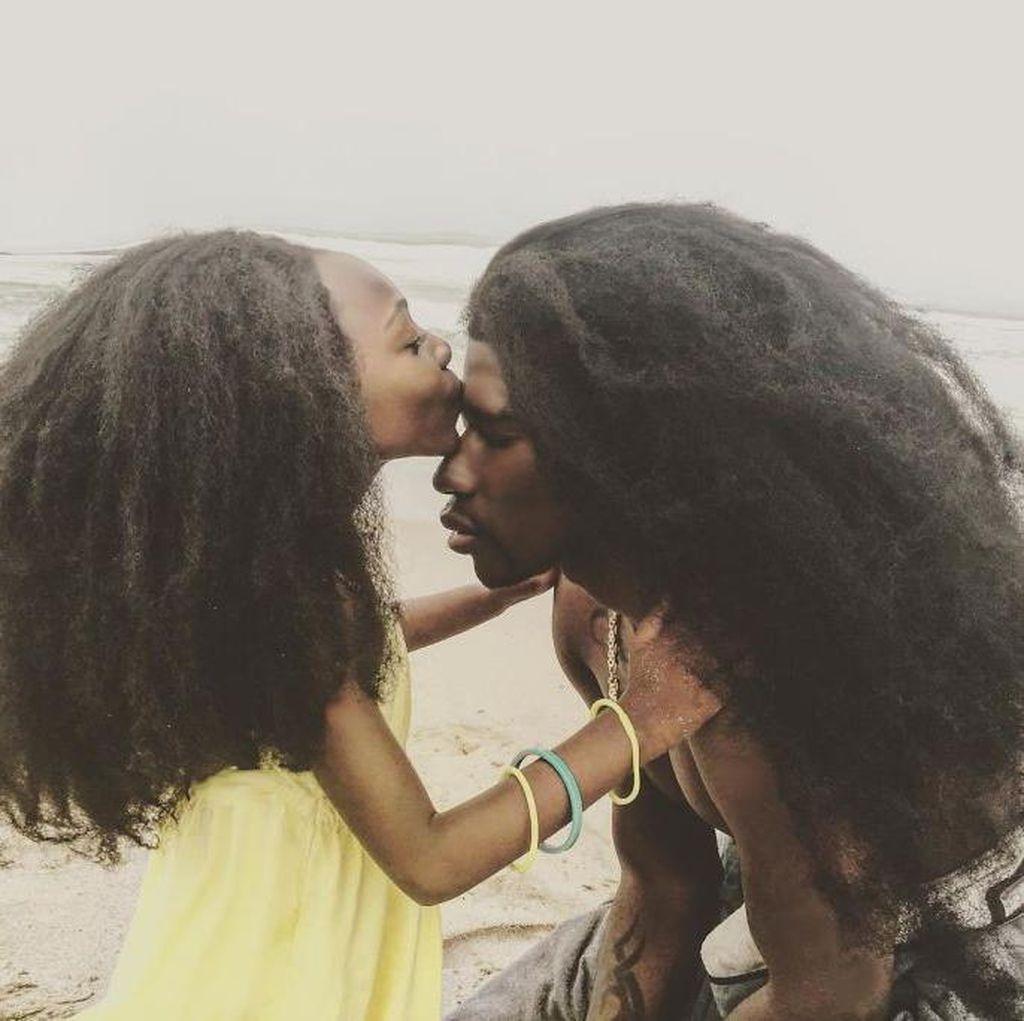 Ayah dan Anak Kompak Pamer Rambut Megar, Jadi Populer di Instagram