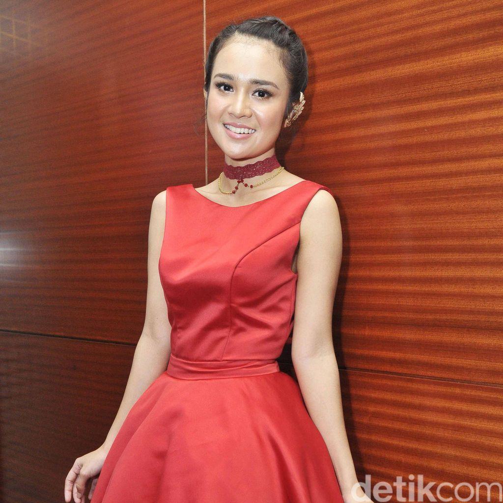Dibalut Dress Merah Menyala, Michelle Ziudith Manis Banget!