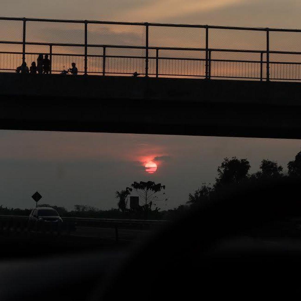 Menikmati Sunset Sambil Ngabuburit di Atas Jembatan Tol Cipali