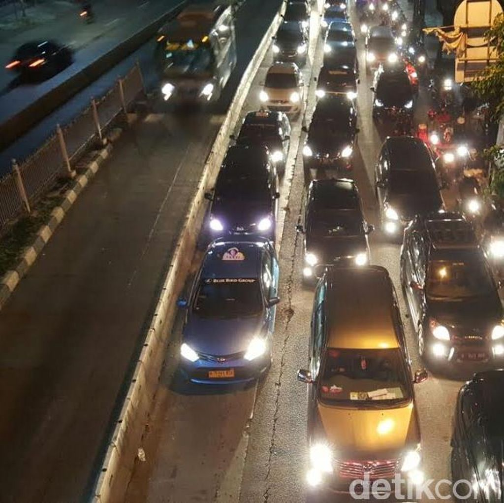 Jelang Libur Lebaran, Lalu Lintas di Jakarta Merayap di Malam Hari