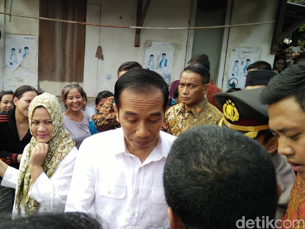 Kantong Kresek Merah dan Putih dari Jokowi untuk Warga
