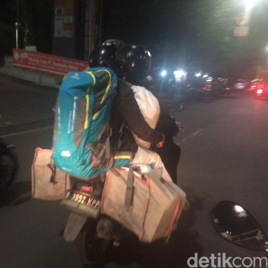Barang Bertumpuk, Begini Penampakan Pemudik Bermotor di Jl Gatot Subroto