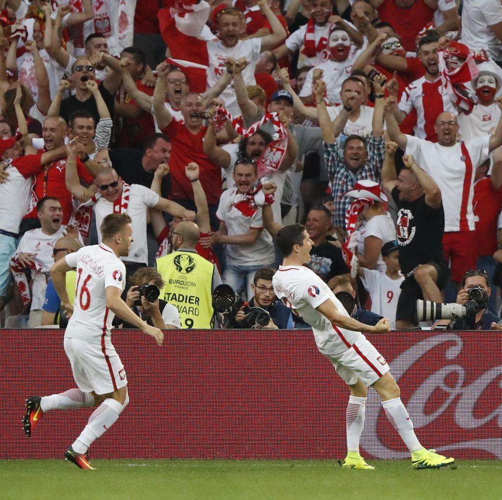 Lewandowski Bawa Polandia Unggul Cepat