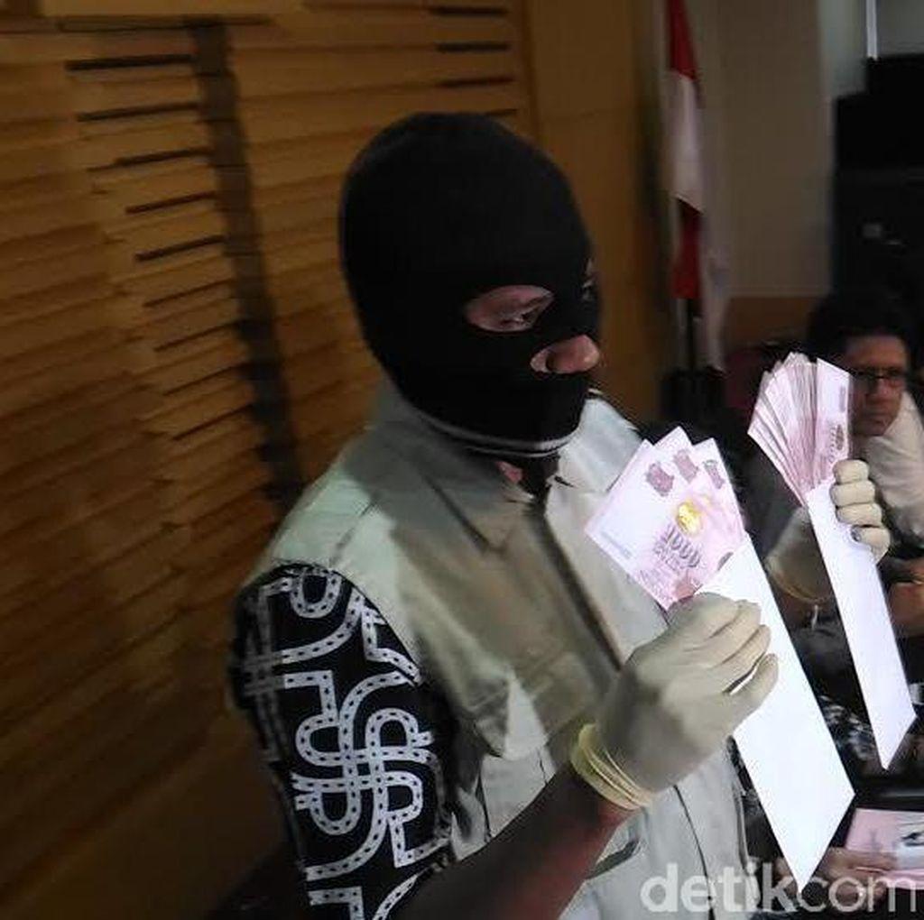 Perantara Suap ke Santoso Bungkam Saat Dicecar soal Uang ke Majelis Hakim