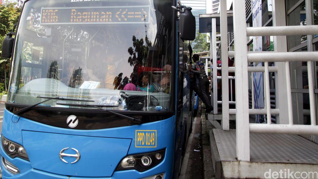 Mahasiswa Pengemudi Motor Tewas Tertabrak Bus TransJ di TB Simatupang