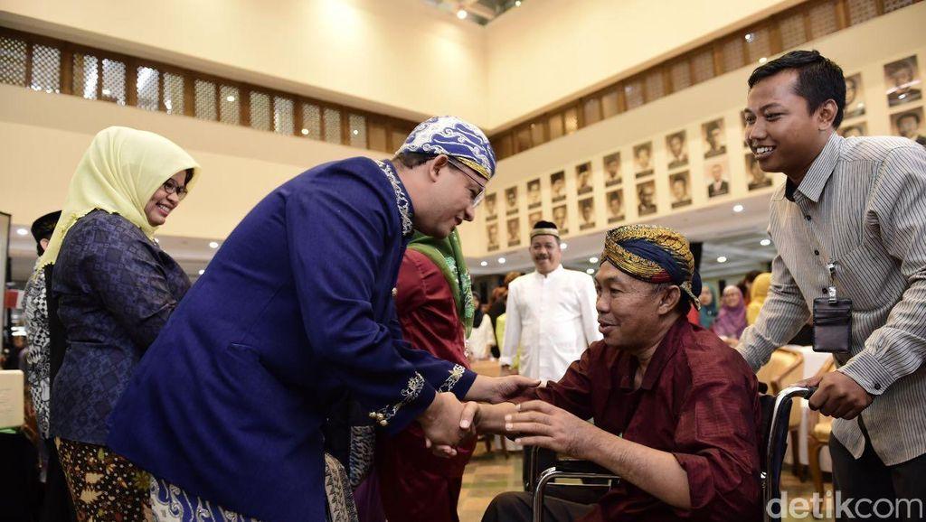 Pakai Baju Adat Sunda, Menteri Anies Sambut Pegawainya Selepas Libur Lebaran