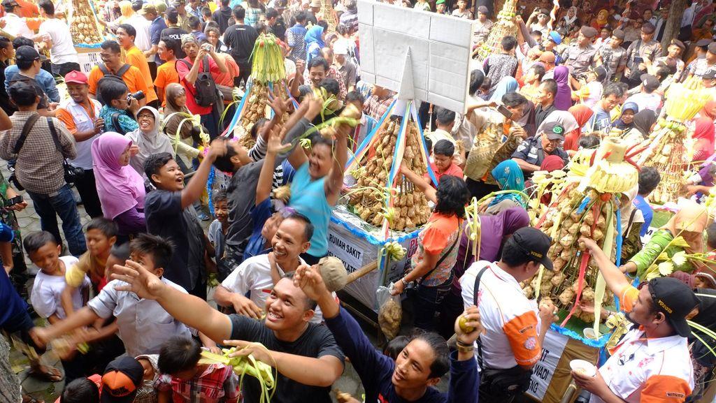 Meriahnya Bakdan Kupat di Klaten, Ribuan Orang Berebut 37 Gunungan