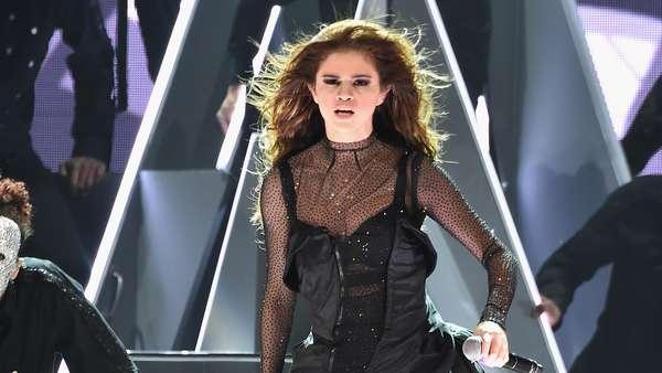 Penampilan Seksi Selena Gomez di Revival Tour